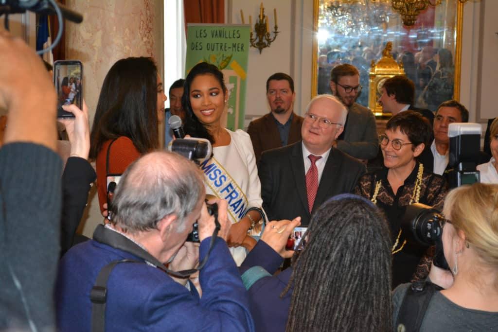 Vaimalama Chaves (Miss France 2019), Clémence Botino (Miss France 2020), Fausto Bouchereau, et Madame Annick Girardin (ministre des outre-mer) - Conférence sur les vanilles d'outre-mer